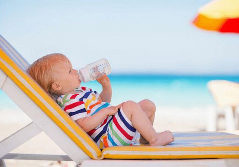 ¿Cómo alimentar a mi bebé en la playa?